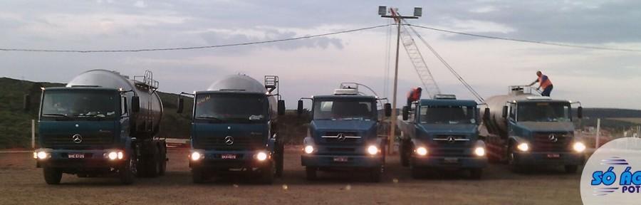 Transporte de água potável em caminhão pipa